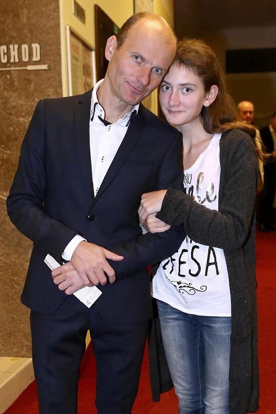 Dalibor doprovodil svou neteř na premiéru hry Celebrity s.r.o., kde hrála její maminka Adéla Gondíková.