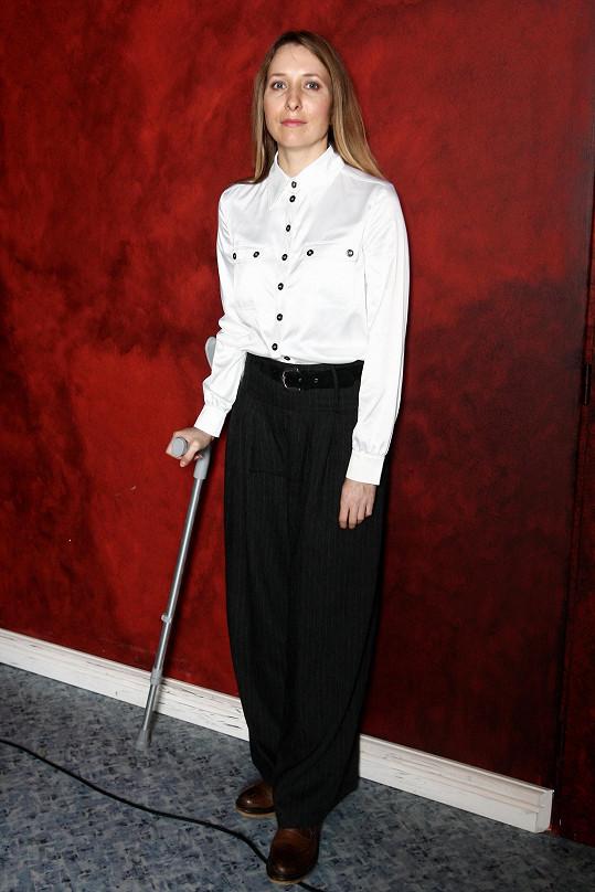 Tereza Bebarová chodí po operaci kolene o berli.