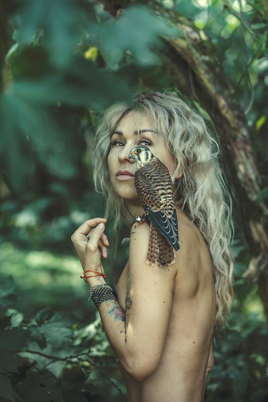 Kaira Hrachovcová pózovala nahá s poštolkou.