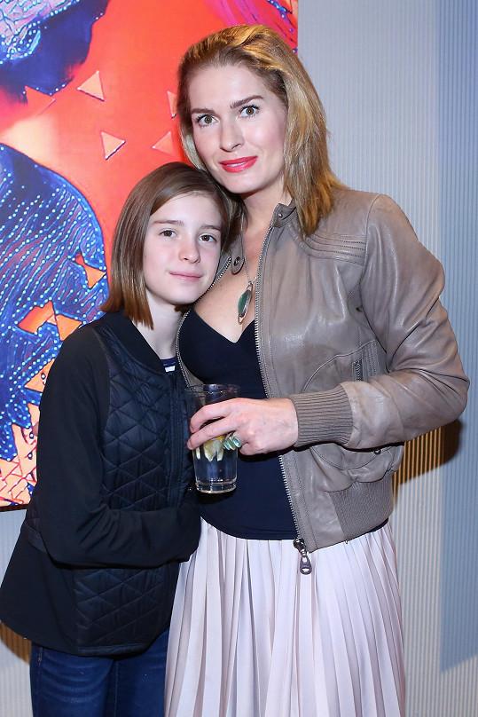 Menzelová se starší dcerou Aničkou