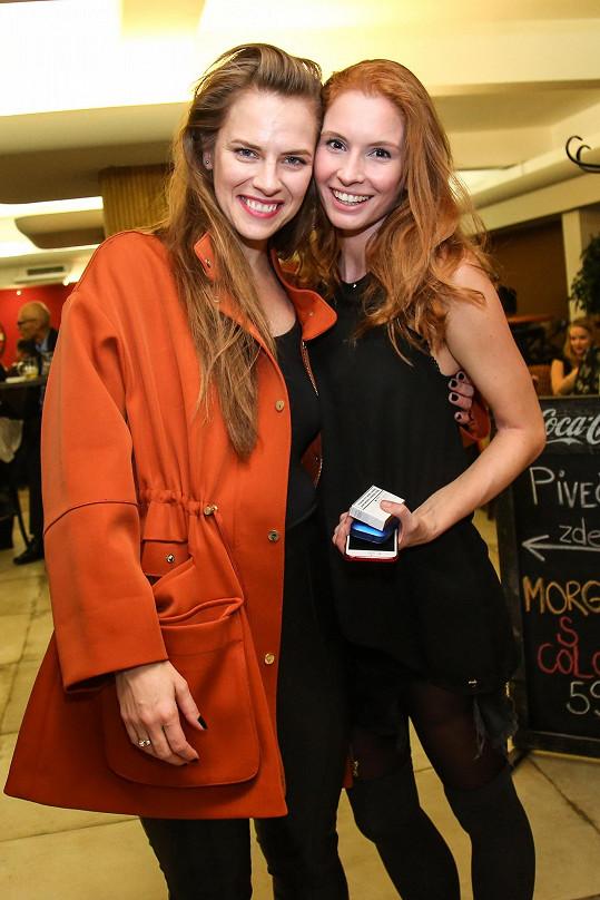 Denisa se sestřenicí, také herečkou Petrou Nesvačilovou, která ji na premiéru přišla podpořit.