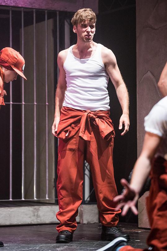 Roman v novém muzikálu v divadle Kalich hraje roli vězně.