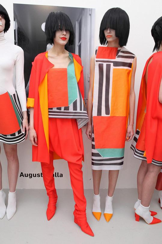 Nás zaujal nejvíc model s oranžovými kalhotami přecházejícími do kozaček stejné barvy.