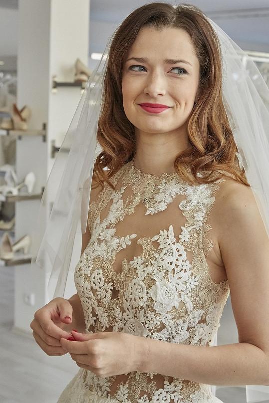 Na vlastní svatbě Marika Šoposká závoj neměla, tak po něm sáhla alespoň v seriálu.