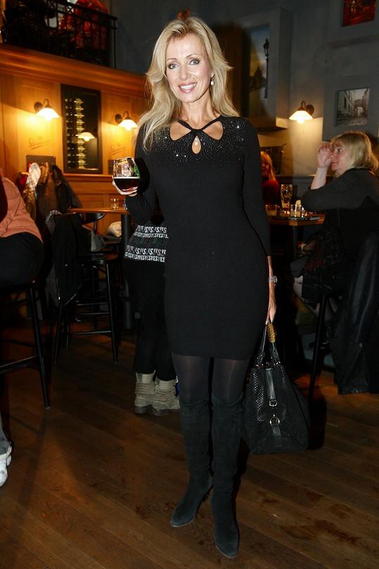 Kateřina Brožová coby kmotra v černých šatech