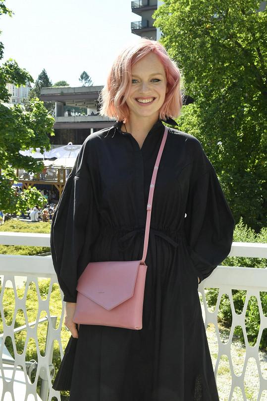 Ester se na párty objevila s růžovými vlasy.