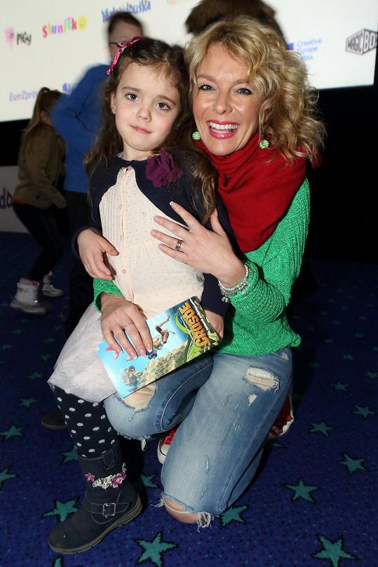 Lucie Benešová vzala dceru Laru do kina.