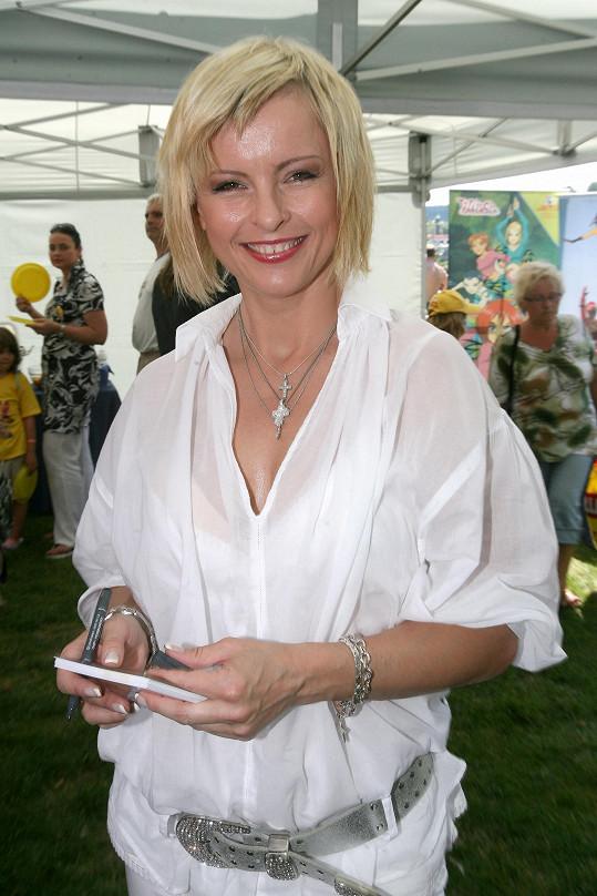 Iveta Bartošová byla interpretkou řady popových hitů.