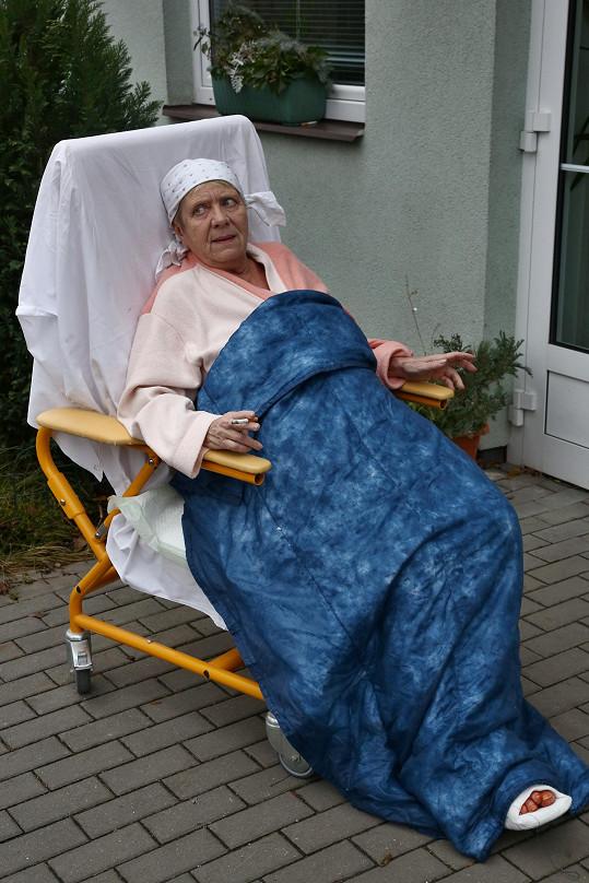 Jaroslava Obermaierová na kuřácké pauze