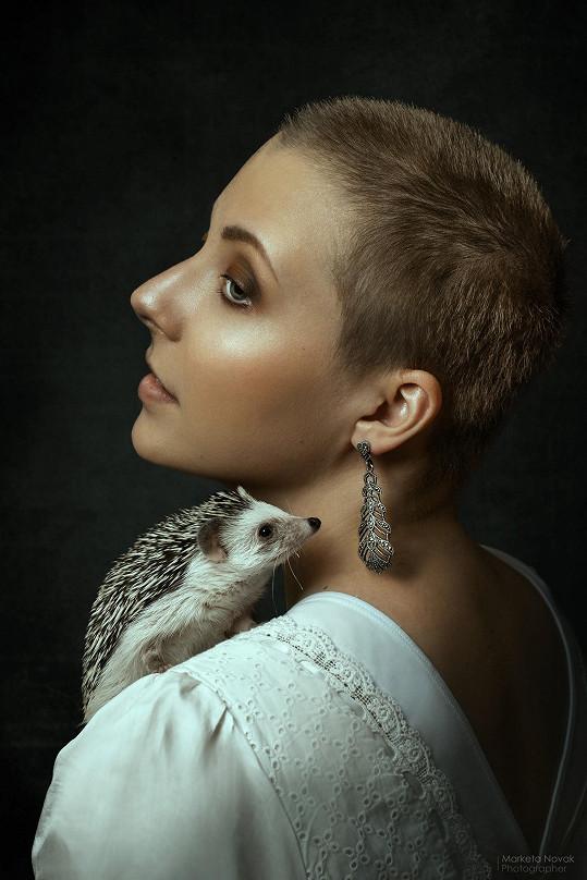 Dorůstající vlasy předvedla na nedávném snímku s ježečkem.