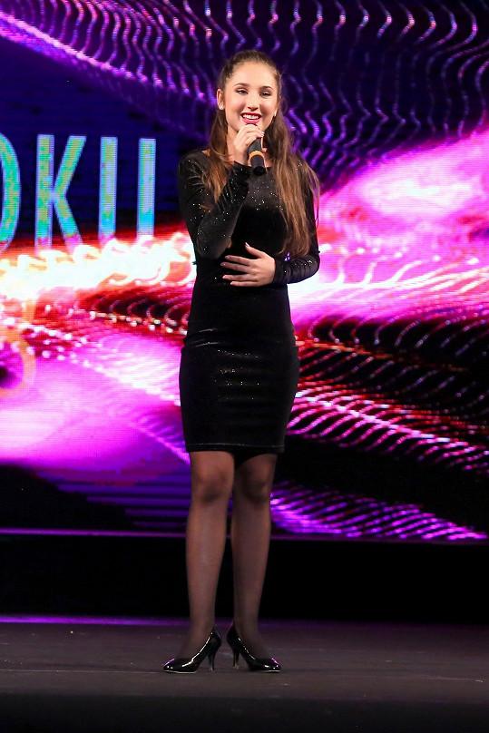 Černé koktejlky si na vystoupení vybrala i Natálie Grossová.