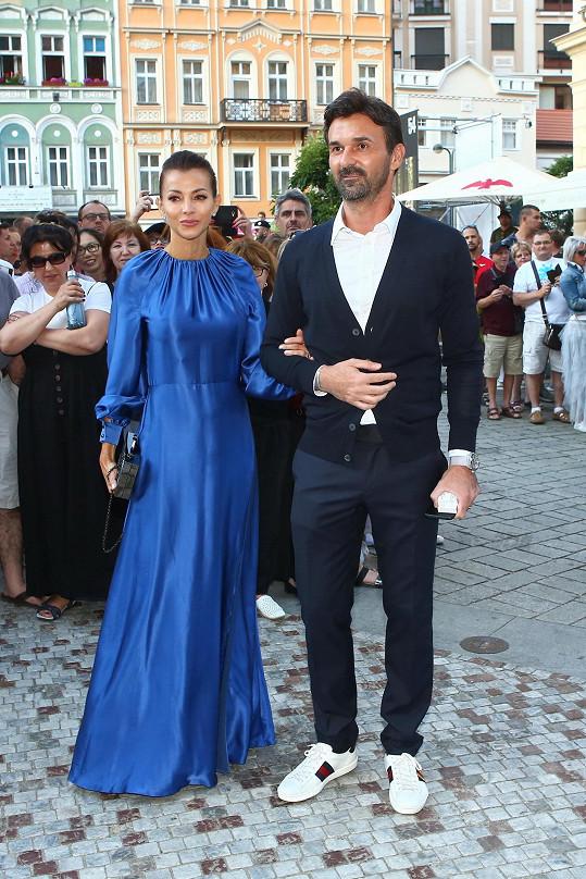 Štěpánka Komárková na párty KKCG, kterou pořádali s manželem.