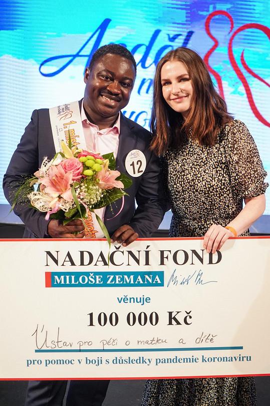 A s vítězem, porodníkem z Ústavu pro péči o matku a dítě, Patricem Awonsebou Babou Musahem