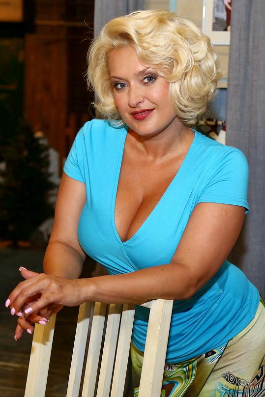 Miluška Bittnerová hraje v Jetelíně roztomile hloupou blondýnu.