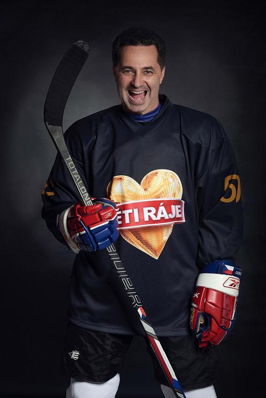 V hokejovém dresu od kámoše Sagvana Tofiho