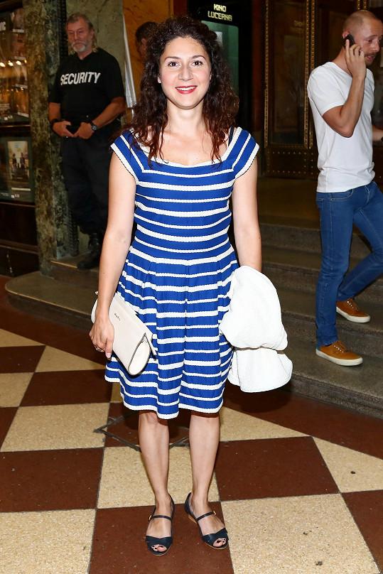 Letní šatičky s proužkem Marta Issová vhodně sladila s minimalistickým psaníčkem, modelu by mnohem víc prospěly boty na vyšším podpatku.