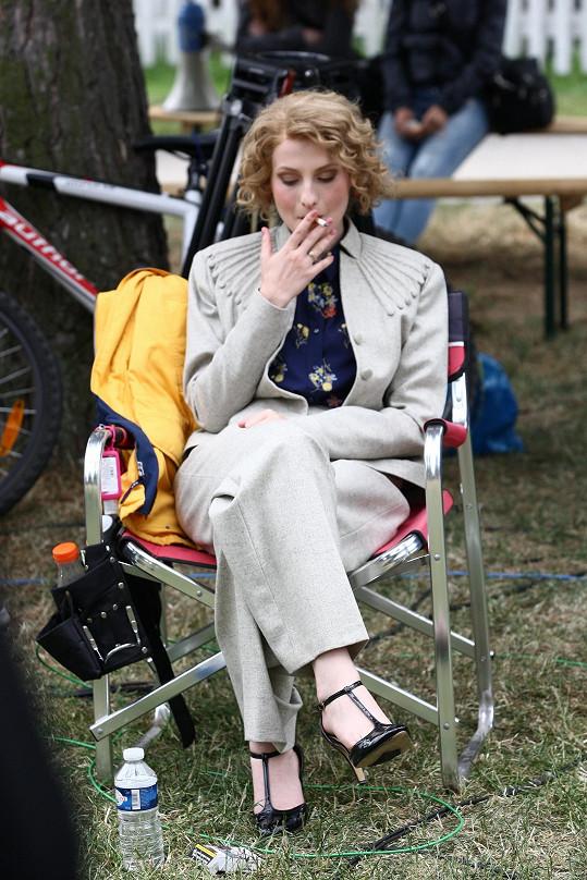 Pauza na cigaretu mezi natáčením.