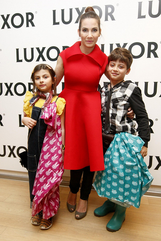 Podpořit autorku přišla i Eva Decastelo s dětmi.