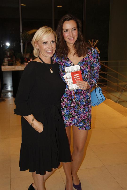 V restauraci se potkali i s kamarádkou a spisovatelkou Evou Filipovou. Na snímku s Lucií Gelemovou