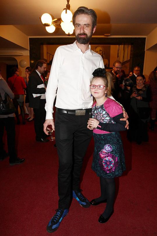 Roman Zach s dcerou Agátou, která ho přišla podpořit na premiéru muzikálu Funny Girl.
