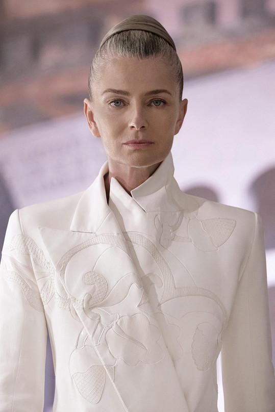 Návrhář nechal vyniknout stříbrné odlesky jejích vlasů.