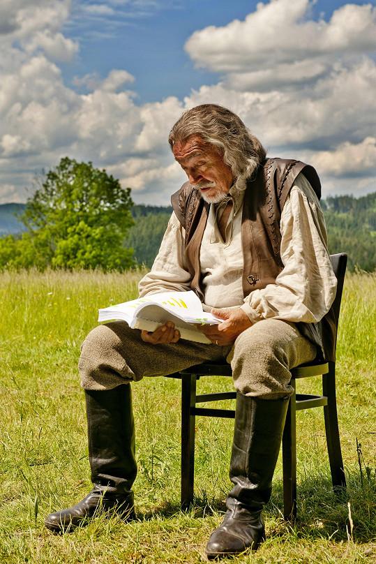 Karel Gott v pohádce Když draka bolí hlava. Divákům vadilo, že mluvil slovensky.