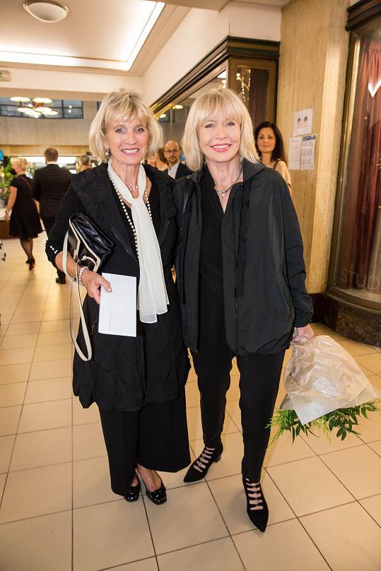 Jana Švandová (vpravo) a její sestra Jitka. Oběma to moc sluší.
