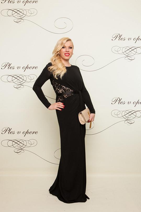 Ředitelka Fashion TV Gabika Drobová ve střídmém modelu od Zuhaira Murada s psaníčkem Saint Laurent a šperky ze soukromé sbírky z růžového zlata.