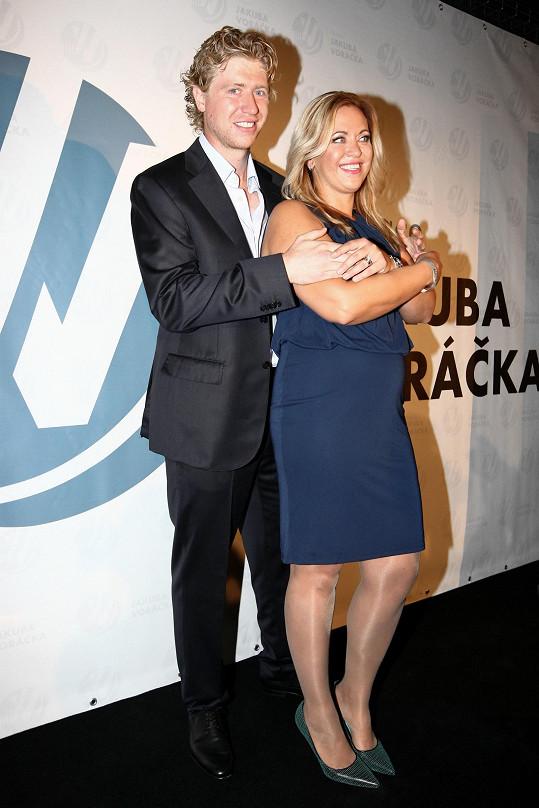 Netradiční dárek Jakubovi věnovala jeho starší sestra Petra Klausová, se kterou hokejista založil nadaci pečující o lidi s roztroušenou sklerózou.