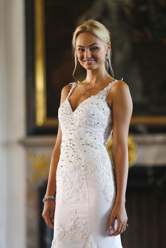 Tereza Fajksová pózovala v luxusních svatebních šatech.