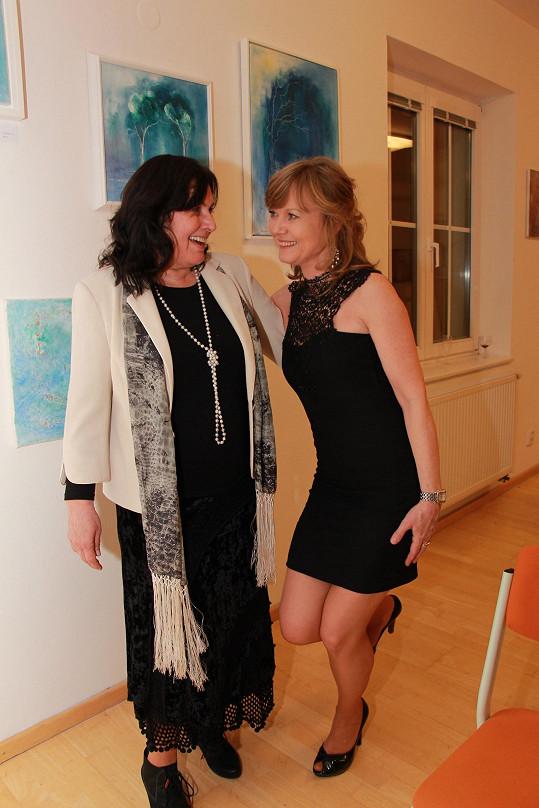 Jarmila s Janou Pospíšilovou, která výstavu organizovala a má coby ředitelka Městského domu dětí a mládeže pod palcem kulturu v Úvalech u Prahy.