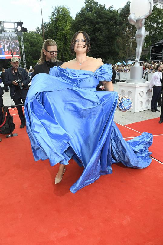 Tyto šaty se řešily snad celý festival.