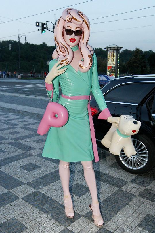 Živá panenka Pandemonia je ozdobou společenských akcí v Londýně. Nenechala si ujít ani Mercedes-Benz Prague Fashion Weekend.