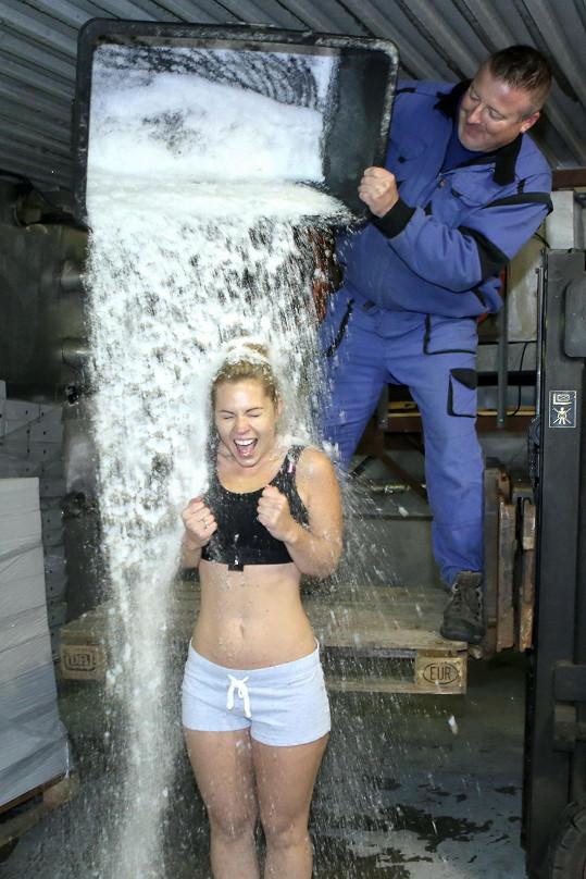 Míša Nosková se zlila ledovou vodou v mrazírnách.