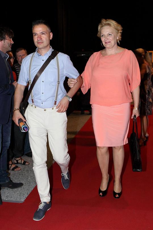 Regina Rázlová přichází na tiskovou konferenci se svým manažerem Janisem Sidovským.