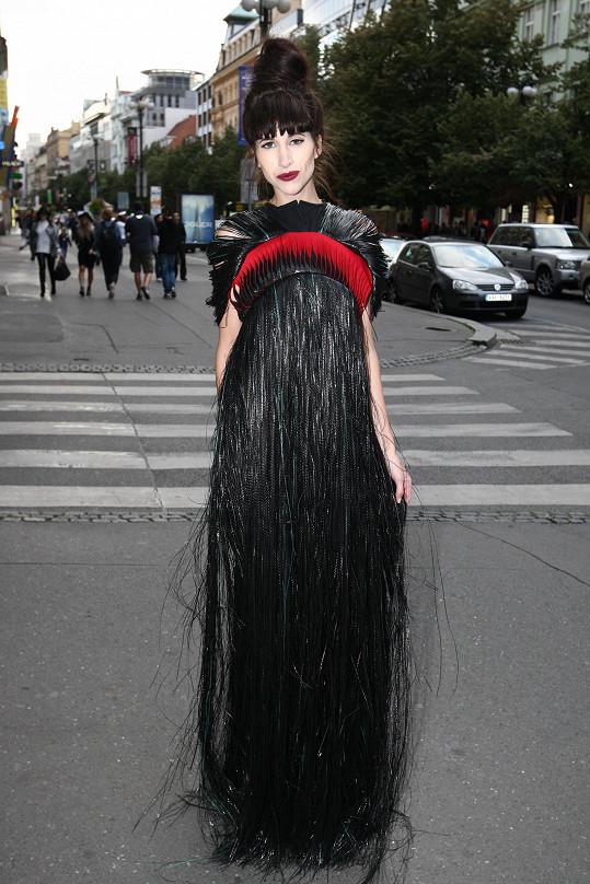 V tomto modelu dorazila na přehlídku Pietro Filipi. Jedná se o model od studenta Liběny Rochové Lukáše Spilky, který je aktuálně na stáži v Antverpách. V neděli ráno tento model ještě designér prezentoval na studentské přehlídce a večer si ho blogerka rovnou oblékla.