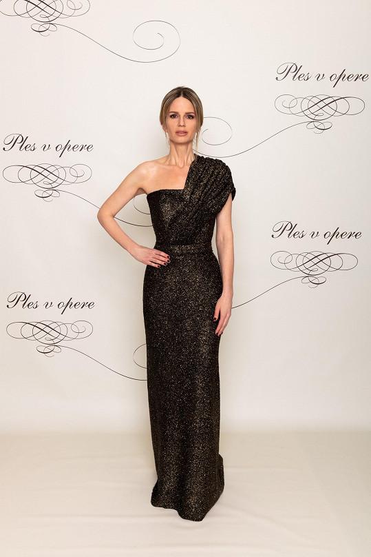 Známá módní stylistka Zuzana Kanisová dala přednost jednoduchosti před efektem. Zvolila přiléhavou tubu, která symetrii rozbíjela sklady na rukávu. Chápeme, že šlo stylistce o jednoduchost, v tomto případě ale klidně mohla zvolit jeden výrazný solitérní šperk.