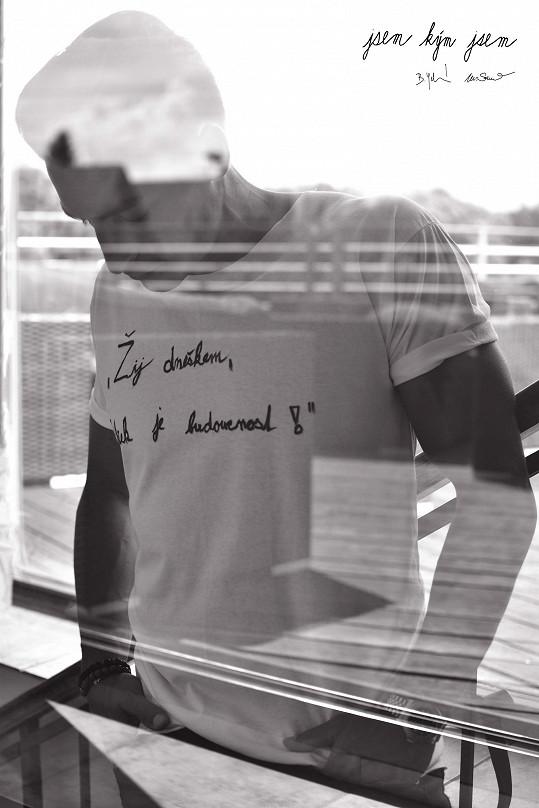 Každá osobnost bude nafocena vtričku se svoji myšlenkou, se svým sloganem, který si sám zvolí a také na tričko sám osobně napíše.