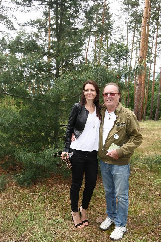 Jandovi přišli obhlídnout strom, který před lety v Botanické zahradě zasadili.