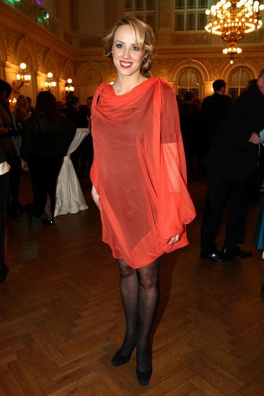 Kvůli těhotenství Hřebíčkové se musel přepisovat scénář seriálu Svatby v Benátkách.