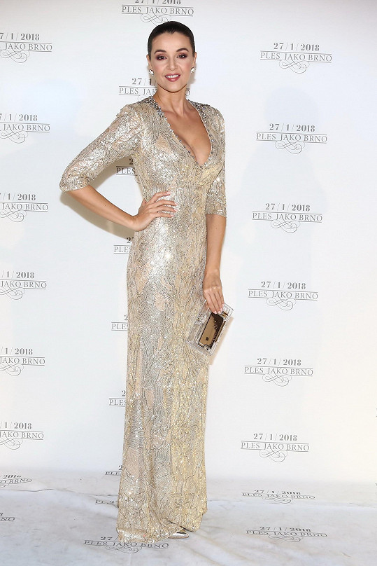Minimalistický účes, jednoduchý střih šatů a dominantní materiál. Perfektně vyvážený celek. Kubelková zářila v šatech z butiku Soline od britské návrhářky Jenny Packham, která obléká třeba i vévodkyni Kate.