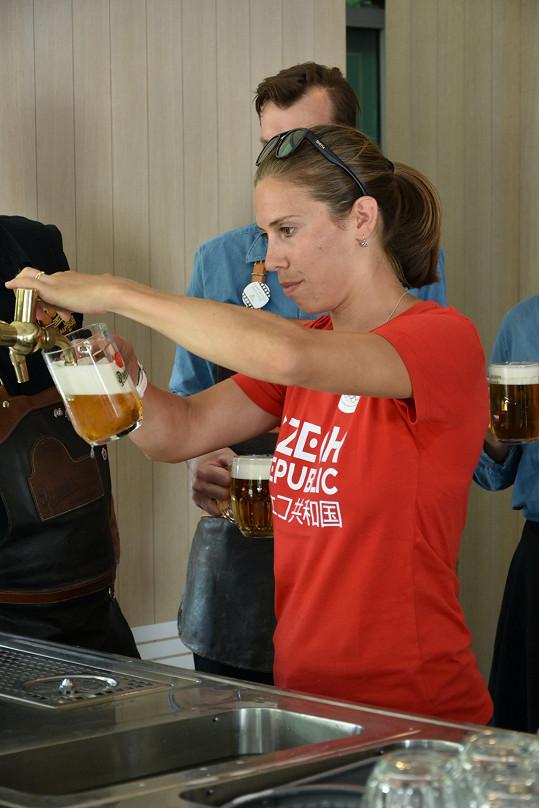 Samková nikdy nezkazí legraci. Během exhibice na Olympijském festivalu v Brně se pustila do točení piva.