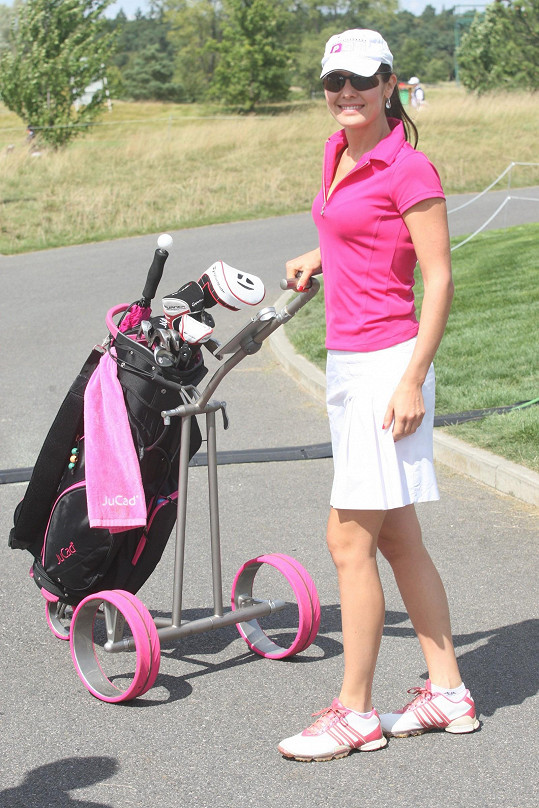 Ozdobou turnaje byla Jana Doleželová, která zářila v růžovém golfovém modelu.