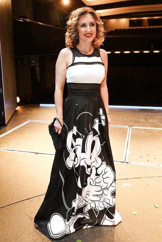 Na slavnostní premiéru si oblékla originální šaty s Mickey Mousem.