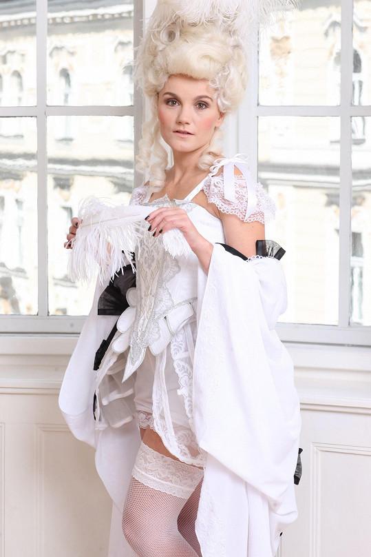Zpěvačka fotila v nádherném kostýmu zmuzikálu Antoinetta, který má na sobě při milostné scéně s Fersenem.