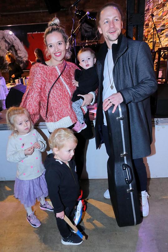 Tamara Klusová s manželem Tomášem a dětmi Josefínou (dole vlevo), Alfrédem (dole vpravo) a Jenovéfou