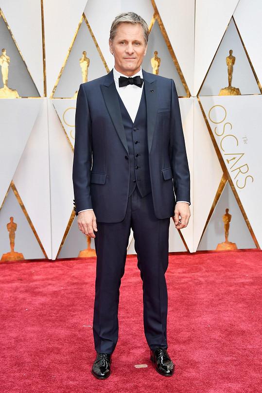 Během oscarového večera měl na sobě Viggo Mortensen třídílný oblek z vlny a saténového hedvábí, bílou bavlněnou košili s francouzskými manžetami a motýlek z hedvábí a černé lakované kůže. Vše z módního domu Dior.