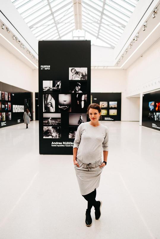 Středobodem její prezentace je autoportrét, který vznikl během jejího prvního těhotenství.