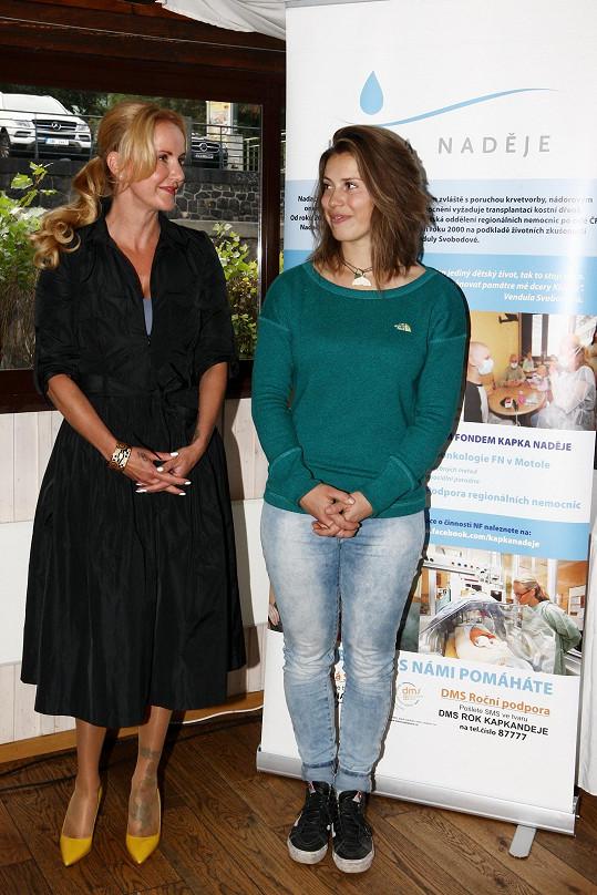 Eva s prezidentkou Kapky naděje Vendulou Pizingerovou na křtu charitativního kalendáře