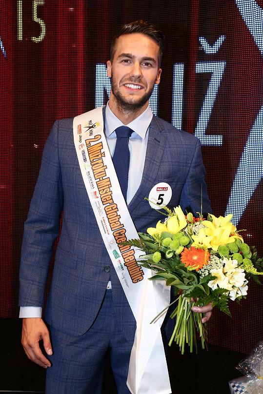 Nakonec loni v soutěži pánské krásy skončil druhý.